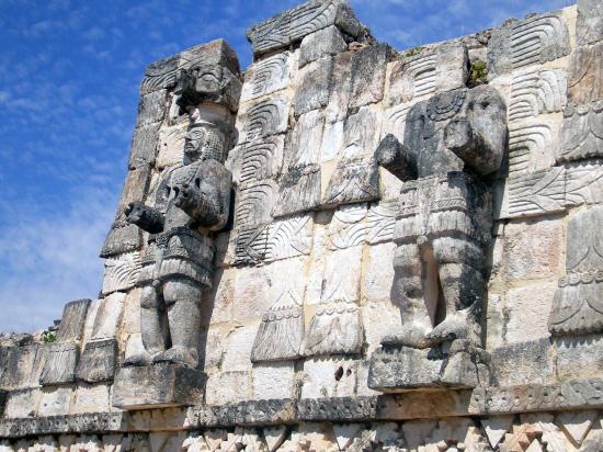 Kabah Herrscher Statuen