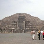 Mondpyramide mit Reisegruppe von hinten