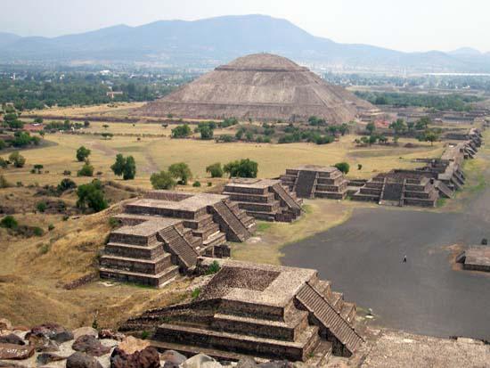 Blick auf die Sonnenpyramide und andere kleinere Tempel
